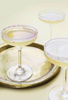 Mix en drink med gode friske råvarer og stærk eller mild alkohol. Det er en perfekt start på middagen eller festen. Du får fire nemme opskrifter her!