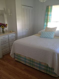 These 9 amazing mobile home bedrooms are beautiful examples of home decor! From country cabin to shabby chic, there's a style for everyone.