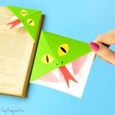 Christmas Tree Corner Bookmarks - Origami for Kids - Easy Peasy and Fun Bookmarks Diy Kids, Bookmark Craft, Corner Bookmarks, Origami Bookmark, How To Make Bookmarks, Origami Halloween, Halloween Crafts, Crafts To Do, Easy Crafts