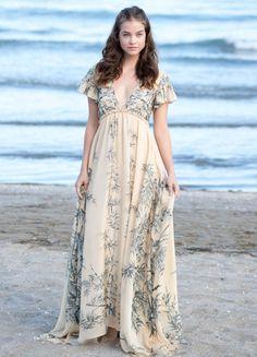 La modelo de Victoria's Secret, Barbara Palvin, posa en la playa con un vestido que firma Philosophy by Lorenzo Serafini.