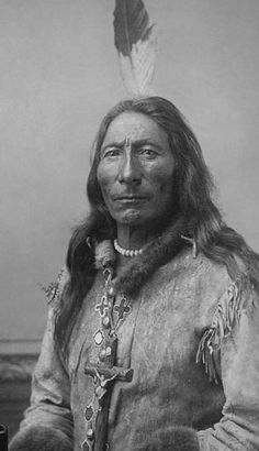 Long Feather - Sihasapa [Blackfoot Sioux] - 1880 He looks like a man wise, smart and full of character. Native American Images, Native American Beauty, Native American Tribes, American Indian Art, Native American History, American Indians, Native Americans, Blackfoot Indian, Native Indian