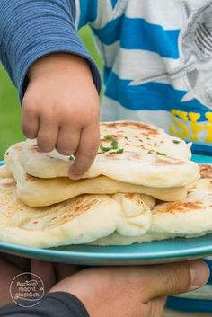Naan (Indisches Fladenbrot) Indian flatbread from the pan The post Naan (Indian flatbread) & BreakfastDiner appeared first on Food . Pan Hindu, Law Carb, Comida India, Yummy Food, Tasty, Soul Food, Indian Food Recipes, Indian Snacks, Food Inspiration