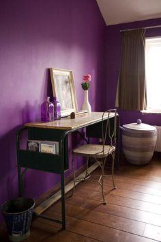 Bureau op paarse slaapkamer