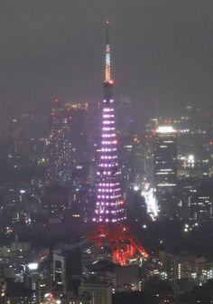乳がん啓発でピンク色にライトアップされた東京タワー=1日夜、東京・六本木ヒルズの屋上スカイデッキから