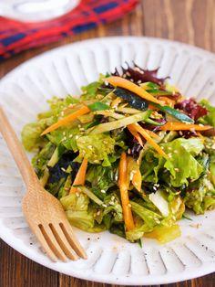 抱えて食べたい♪『やみつき♡チョレギサラダ』【#簡単】 by Yuu レタスを手でちぎって 他はお好きな野菜をザクザク♪ あとは、チョレギドレッシングで和えるだけ♡ たったこれだけだけど にんにくのパンチとゴマの香ばしさで ボウルごと抱えて食べたくなるほど♪ ちなみに今回は お子様と一緒に楽しめる 【スタンダード】バージョンのタレと お酒好きさんにオススメの 【ピリ辛】バージョンのタレ2種類を ご紹介させて頂いております♪