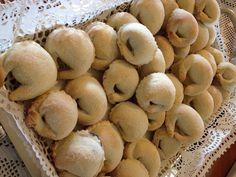 Tarallucci ripieni Italian Cookie Recipes, Italian Cookies, Italian Desserts, Mini Desserts, Italian Biscuits, Italian Pastries, Biscotti Cookies, Favorite Cookie Recipe, Lemon Cookies