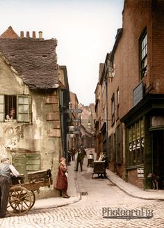Drury Hill, Nottingham, United Kingdom This picturesque street once stood where the Broadmarsh Shopping Centre is today. The lane was only 10 inches wide at its narrowest point. Victorian Street, Victorian Life, Victorian London, Vintage London, Nottingham Uk, Wales, Medieval Life, History Of Photography, Victorian