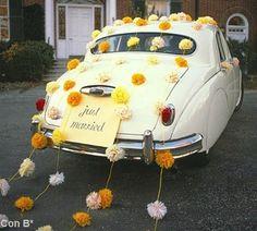 Pompones amarillos para coche de boda  http://conbdeboda.blogspot.com.es/2013/04/transporte-nupcial.html