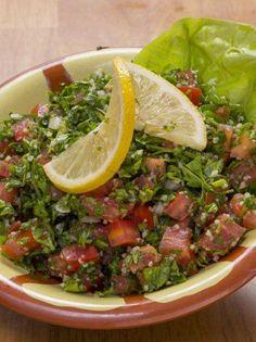 Το αυθεντικό λιβανέζικο ταμπουλέ - www.olivemagazine.gr Salad Bar, Soup And Salad, Greek Recipes, Desert Recipes, Vegetarian Recipes, Cooking Recipes, Healthy Recipes, Arabic Food, Appetisers