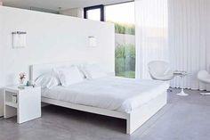 Minimalista. Todos los muebles y la ropa de cama en color blanco, en combinación con el piso de cemento alisado da como resultado una deco ascética. / Archivo LIVING