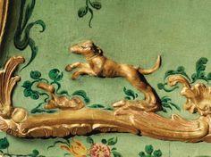 Paire de commodes en bois redoré et laqué polychrome à décor floral, travail vénitien du milieu du XVIIIe siècle - Sotheby's