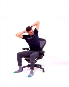 Office Stretching Exercises Video Video Mit Dehnungsübungen Im Büro Video De Ejercicios De Estiramiento De Oficina - Body Goals Lower Back Pain Stretches, Lower Back Pain Relief, Back Pain Exercises, Low Back Pain, Stretching Exercises, Back Stretching, Yoga Workouts, Physical Fitness, Yoga Fitness