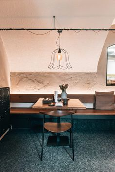 Linz Food Guide: Die tollsten Cafés und Restaurants - Sommertage Lokal, Cafe Restaurant, Restaurants, Conference Room, Dining Table, Furniture, Home Decor, Linz, Bon Voyage