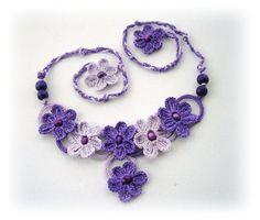 Círculos y flores de mano Crochet collar lila por CraftsbySigita