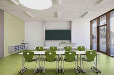 """Pestalozzi-Schule in Leonberg, Architekturbüro SOMAA:  Grüntöne an Boden, Wand und beim Mobiliar: So fühlen sich Schüler und Lehrer wohl und identifizieren sich mit """"ihrem"""" Klassenzimmer. Bis auf die flurseitigen Wandflächen im entsprechenden Grünton sind die restlichen Wände in Weiß gehalten, um eine konzentrierte Lernatmosphäre zu schaffen."""