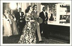 Koningin Juliana en koning Boudewijn betreden de stadsschouwburg in Amsterdam. Prins Bernhard volgt met prinses Beatrix en prinses Irene