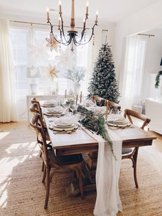 Christmas party table - How to Create a Simple Christmas Tablescape – Christmas party table Elegant Christmas, Beautiful Christmas, Christmas Home, Coastal Christmas, Christmas Trees, Christmas Crafts, Scandinavian Christmas, Modern Christmas, Christmas Table Settings