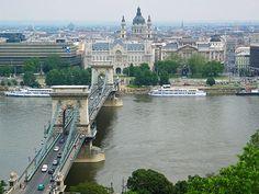 Budapeste é a capital e a maior cidade da Hungria, e a sexta maior da União Europeia. Localiza-se nas margens do rio Danúbio e possui 1 712 710 habitantes.