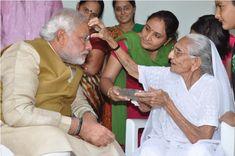 Shri Narendra Modi seeks blessings from mother