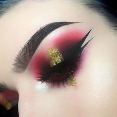 Oh my ... wonderful costume or Halloween inspiration. Dramatic smokey eye makeup #eyeshadow
