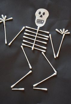 Crafts and decorating for Halloween with children from cotton swabs - Crafting Games Design 2019 Manualidades Halloween, Halloween Crafts For Kids, Halloween Art, Holiday Crafts, Happy Halloween, Fun Crafts, Halloween 2019, Halloween Costumes, Deco Haloween