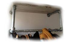 Kledingrek en kapstokken van #steigerbuis en een #steigerplanken