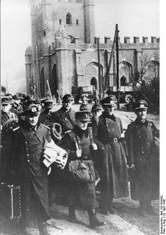 Niederlage: Gefangene Offiziere der deutschen Wehrmacht in den Straßen von Koenigsberg,am 12.April 1945,drei Tage nach der deutschen Kapitulation vor den Sowjetischen Belagerern