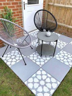 How to DIY: Concrete Garden Slab Stencilling - Home Ideology Don't allow the length of Garden Slabs, Garden Paving, Concrete Garden, Garden Stones, Diy Concrete, Concrete Paving Slabs, Patio Slabs, Patio Tiles, Cement
