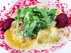 Chèvrefylld ravioli med rödbetspuré och brynt smör | Recept från Köket.se