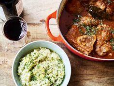 Ossobuco alla milanese met risotto - Libelle Lekker Een echte ossobuco serveer je met risotto erbij. Saffraanrisotto, of zoals hier een eenvoudige risotto met gremolata. Curry, Rice, Pasta, Stuffed Peppers, Fresh, Meat, Chicken, Ethnic Recipes, Food