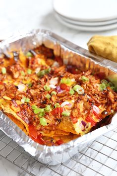 BBQ nachos with chicken - Easy to make! - Tasty and Simple Mexican Food Recipes, Snack Recipes, Cooking Recipes, Cobb Bbq, Bbq Nachos, Easy Diner, Camping Bbq, Good Food, Yummy Food