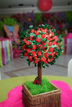 Topiaria de moranguinho Strawberry Shortcake Birthday, Candy Centerpieces, Snow White Birthday, Sweet Trees, Bear Party, Candy Bouquet, 2nd Birthday Parties, Cow Birthday, Holidays And Events