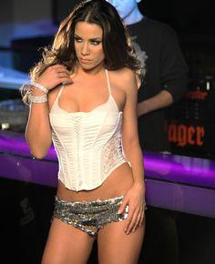 Η σέξι τραγουδίστρια ξέρει να τραβάει τα φλας