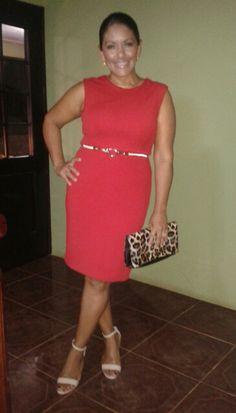 Vestido rojo y cartera animal print