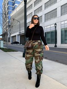 Casual Chic Outfits, Fashion Outfits, Women's Fashion, Military Pants, Trendy Girl, Camo Pants, Black Turtleneck, Fall Winter Outfits, Thrifting