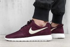 "Nike Roshe Run Suede ""Deep Burgundy"" disponible. Yessss mine!"