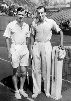 Short et chaussures en toile pour l'Anglais Fred Perry (à droite), futur fondateur de la marque éponyme, et pantalon à pinces pour Christian Boussus, en demi-finale du tournoi en 1936. Un look très « Garden Party », bien loin des tenues sportwear d'aujourd'hui. On adore ! Mention spéciale aux chaussettes blanches roulées sur les tennis de Perry ! ROLAND GARROS