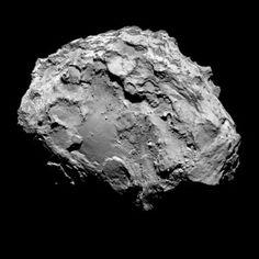 C'est à l'un des deux pôles de la comète Churyumov-Gerasimenko que l'on trouve l'un de ses paysages les moins accidentés. Un terrain d'atterrissage propice pour le module Philaé ? Photo ESA.