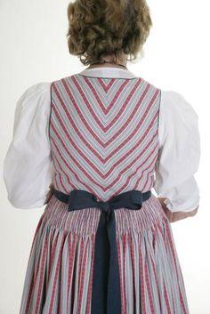 Helfenberg: Die Rückenansicht des Weberdirndls (Bild: Karin Hofbauer)
