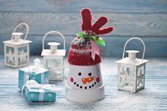 Wykonanie tej ozdoby świątecznej jest niesłychanie proste. Bałwanka z doniczki z powodzeniem możesz wykonać razem z dzieckiem. Dobra zabawa zapewniona!