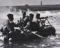 Бойцы советской 21-й армии переправляются на лодке через реку