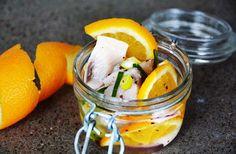 Apelsin och sill är en perfekt kombination till påsk - och sillen ger en härligt solgul färg till påskbordet. Prova själv!