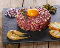 Beef tartar steak in a light version for a meal with friends - - Steak Tartare, Meat Recipes, Cooking Recipes, Healthy Recipes, Tartare Recipe, Pub Food, Weird Food, Food Presentation, Food Porn