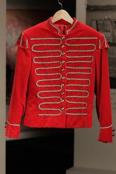 Casaco à moda dos Beatles, vermelho e com apontamentos dourados nos ombros e nos botões, de Afonso Cunha Pereira na série Depois do Adeus                                                                                                                                                                                 Mais