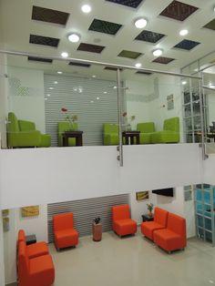 Salas comunes amplias y llenas de color que permiten a familiares y amigos de los seres queridos disfrutar del confort y la elegancia.