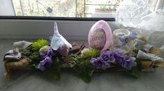 Composizione pasquale con uccellino in tessuto fatto a mano,uova di decoupage,fiocchi,fiori artificiali,barattolino con candela