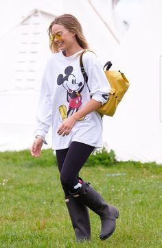 Margot Robbie and Cara Delevingne Rock Disney Style at Glastonbury Margot Robbie Style, Margot Elise Robbie, Actress Margot Robbie, Glastonbury Festival 2017, Danielle Panabaker, Celebrity Look, Cara Delevingne, Disney Style, Celebs