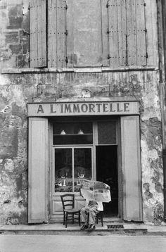 """Henri Cartier-Bresson (1908-2004) was een Franse fotograaf. In 1931 vertrok hij op 22-jarige leeftijd als jager naar het West-Afrikaanse oerwoud. Na een jaar keerde hij terug naar Frankrijk na zwarte koorts te hebben opgelopen. Tijdens zijn herstel ontdekte hij de fotografie pas echt. Hij herinnerde zich later hoe hij de hele dag over straat zwierf, gespannen, en klaar om af te drukken; """"vastbesloten om het leven te betrappen, om het levend vast te leggen."""""""
