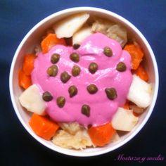 Alioli rosa sobre ensaladilla de patatas, zanahorias y repollo cocidos. Pink mayonnaise. #vegan #beet #garlic #tofu #sauce #mayonnaise #potato #salad #recipe