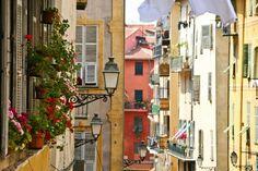 Fenêtres fleuries dans le vieux Nice